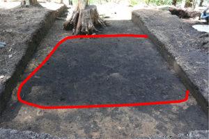 写真の赤線内は平安時代の竪穴建物跡とみられ、周囲の黄色い土は盛土とみられます。