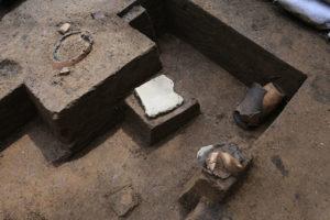 近くでは破損した石皿や敲磨器類も出土しました。