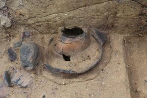 土器埋設遺構の周辺では敲磨器(こうまき:たたいたり磨いたりするのに使う石製の道具)などが出土しました。