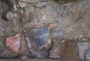 縄文時代前期末から中期初頭(約5000年)の土器が出土した状況です。
