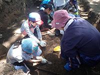 発掘調査の作業員さんの指導を受けながら、調査を体験します。
